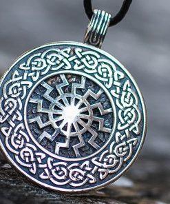 Collier Viking Soleil Noir Frappé avec Ornement en Argent